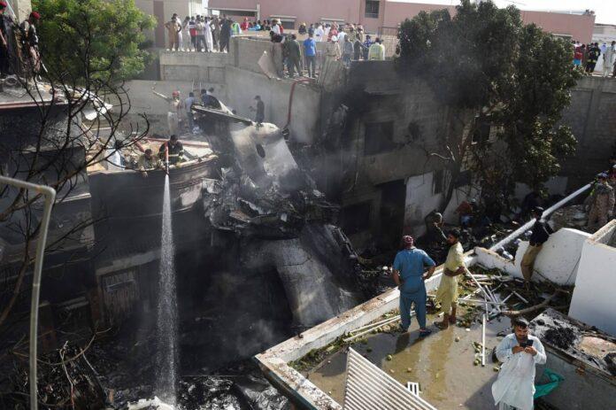 Avión con 107 personas a bordo se estrella en Pakistán y solo dos sobreviven.