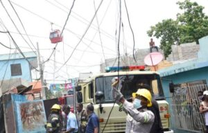 Las dos viviendas y el pequeño negocio estaban ubicadas debajo de la línea de cables por donde transita el teleférico de Santo Domingo.